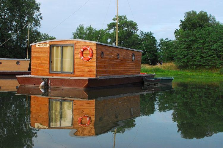 toues cabanees insolite toues caban es 2 nuits insolites sur l eau vavabid participez. Black Bedroom Furniture Sets. Home Design Ideas