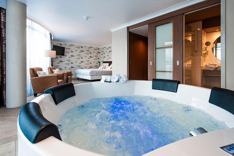 Badkamer Met Whirlpool : Suite whirlpool ultiem ontspannen in whirlpool suite van der valk