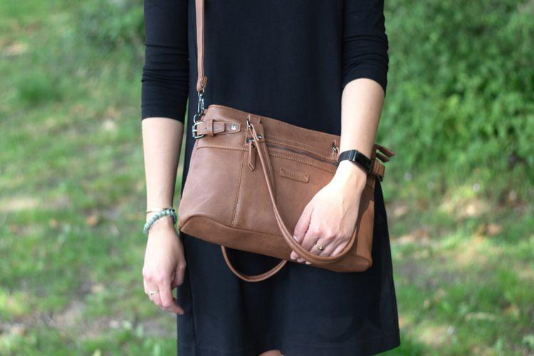 Bruine schoudertas (model: Lily)