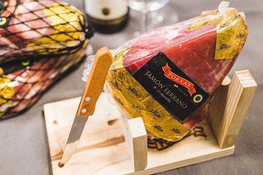 Spaanse serranoham met hamklem en snijmes